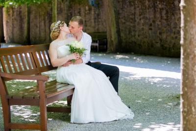 Hochzeit-Schloss-Schlossgarten-Weilburg-Brautpaar-Bank-küssen-Kuss-Sergej-Metzger-Hochzeitsvideo-Hannover