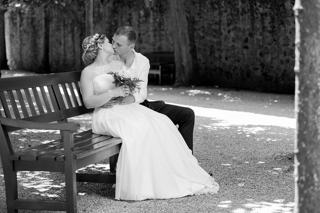Hochzeit-Schloss-Schlossgarten-Weilburg-Brautpaar-Kuss-Schwarz-weiß-Sergej-Metzger-Hochzeitsvideo-Hannover