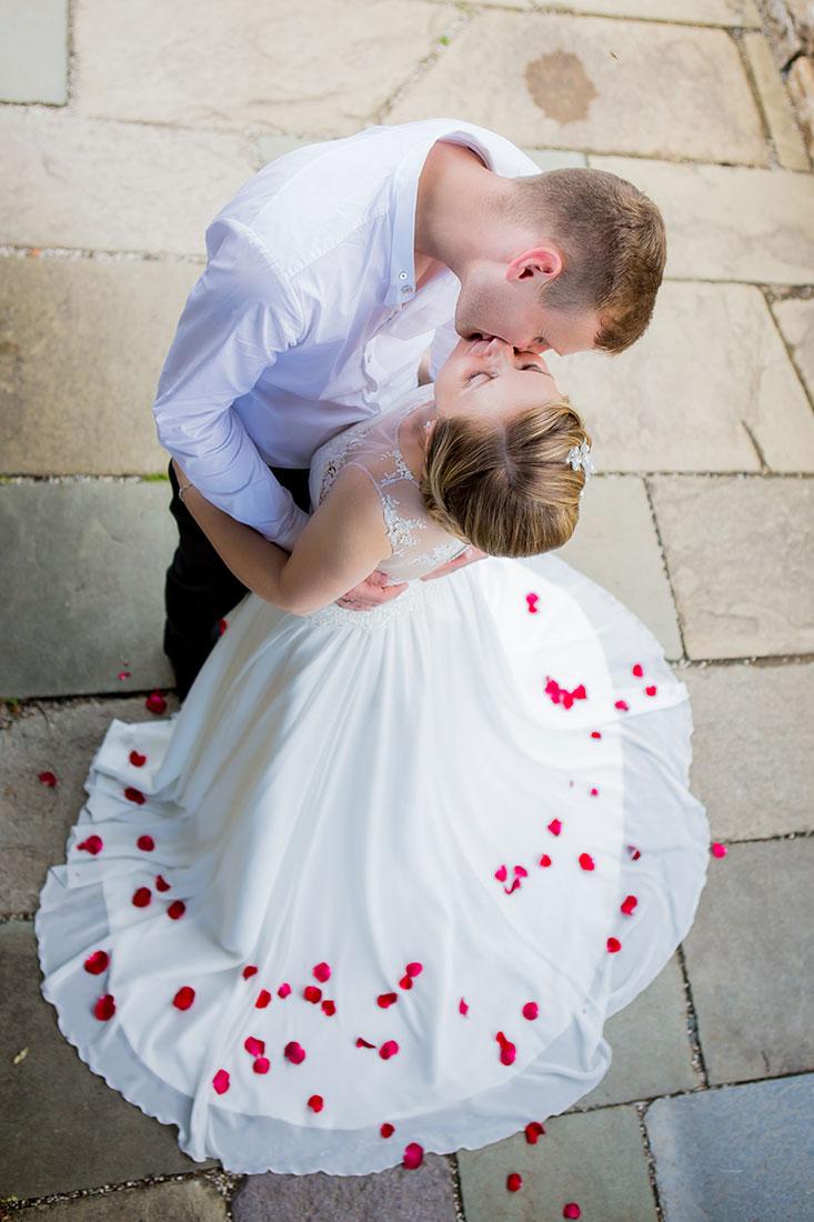 Hochzeit-Schloss-Schlossgarten-Weilburg-Brautpaar-Kuss-küssen-Rosenblätter--Sergej-Metzger-Hochzeitsvideo-Hannover
