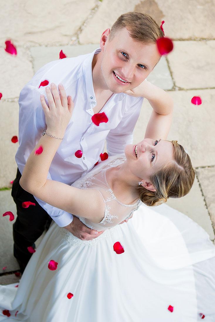 Hochzeit-Schloss-Schlossgarten-Weilburg-Brautpaar-Rosenblätter-fliegen-Sergej-Metzger-Hochzeitsvideo-Hannover