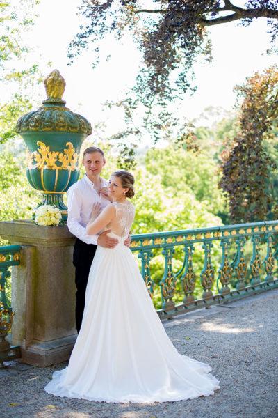 Hochzeit-Schloss-Schlossgarten-Weilburg-Brautpaar-Umarmung-romantisch-Sergej-Metzger-Hochzeitsvideo-Hannover