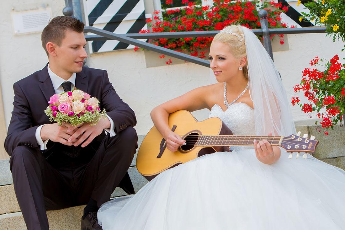 Hochzeit-Schloss-Tettnang-Braut-singt-mit-Gitarre-lustig-ungewöhnlich-Sergej-Metzger-Hochzeitsvideo-Fotograf-Hannover-Hildesheim