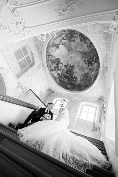 Hochzeit-Schloss-Tettnang-Treppe-Perspektive-schwarz-weiß-Brautpaar-Sergej-Metzger-Hochzeitsvideo-Fotograf-Hannover-Hildesheim