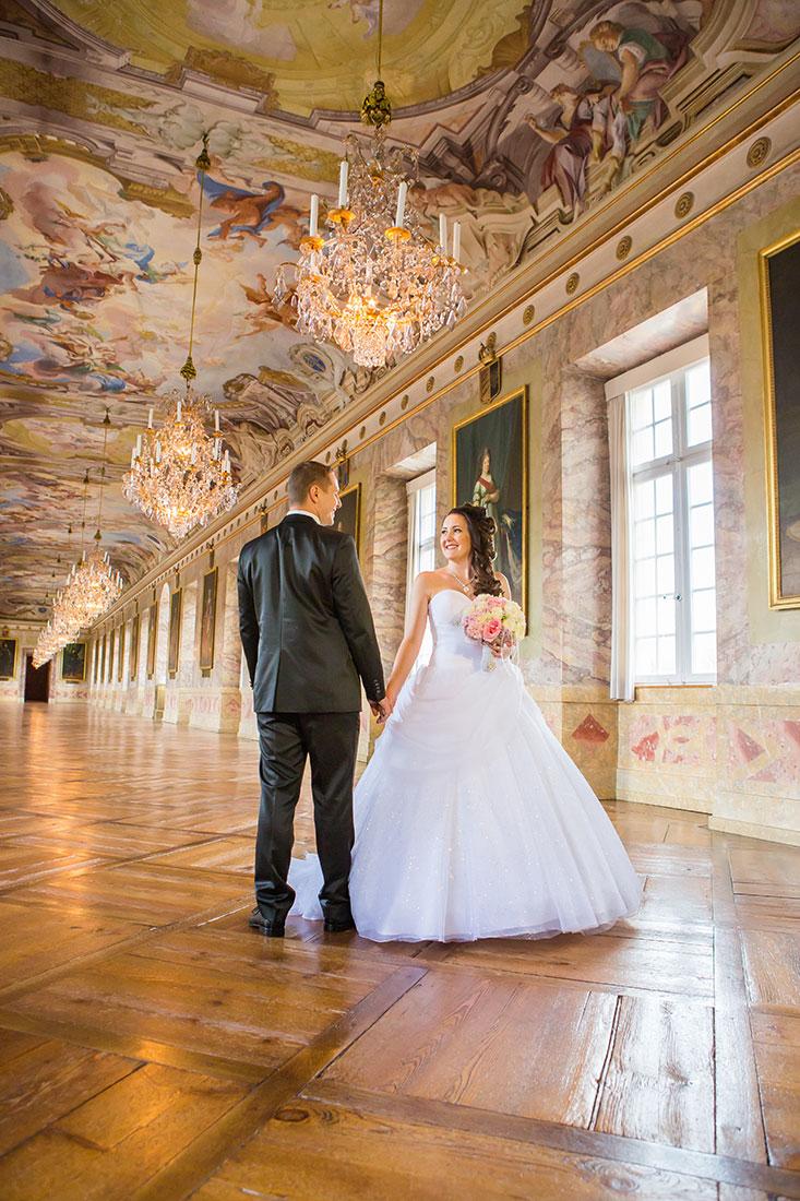 Hochzeit-Schloss-in-Ludwigsburg-Ahnengalerie-Marmorsaal-Brautpaar-Sergej-Metzger-Hochzeitsvideo-Hannover