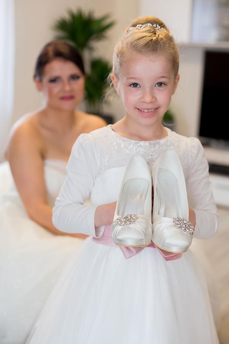 Hochzeit-Tochter-bringt-Brautschuhe-Sergej-Metzger-Hochzeitsvideo-Hannover-Fotograf