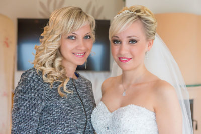 Hochzeit-Waldbröl-Braut-Schwester-getting-ready-vorbereitung--Sergej-Metzger-Hochzeitsvideo-Hannover-Fotograf-Hildesheim
