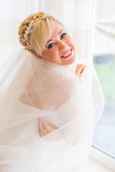 Hochzeit-Waldbröl-Braut--getting-ready-mit-Schleier-vorbereitung--Sergej-Metzger-Hochzeitsvideo-Hannover-Foto-Hildesheim