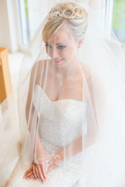 Hochzeit-Waldbröl-Braut--getting-ready-unter-Schleier--Sergej-Metzger-Hochzeitsvideo-Hannover-Fotograf-Hildesheim