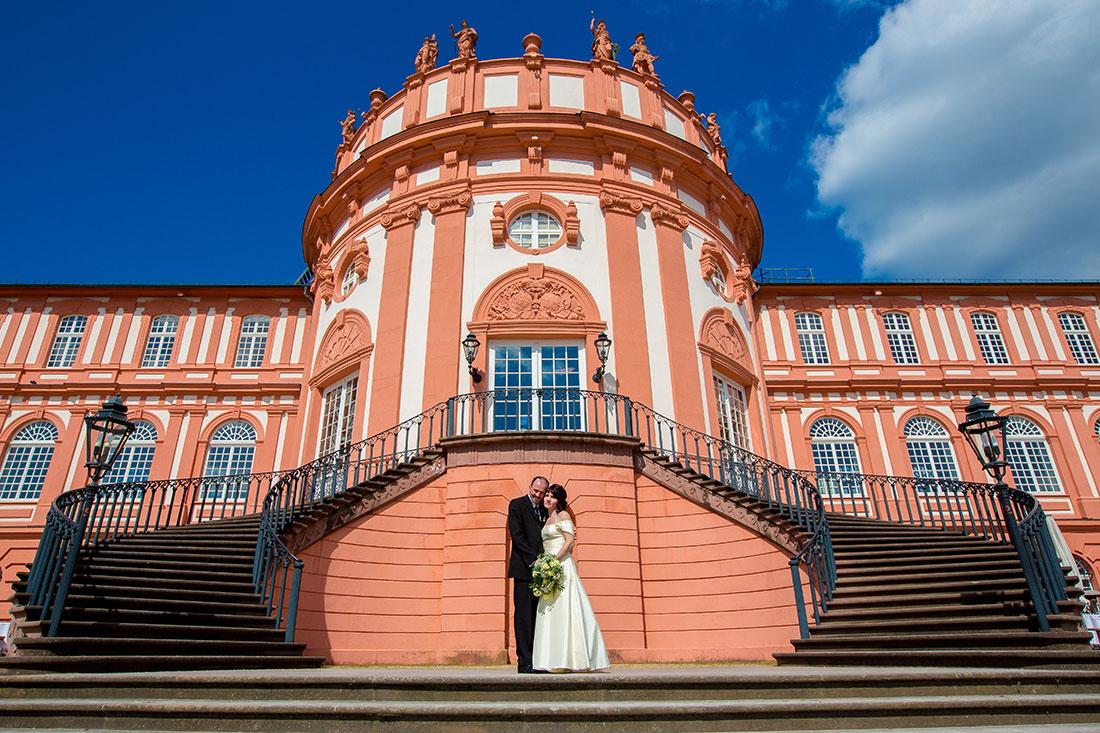 Hochzeit-Wiesbaden-Biebricher-Schloss-runde-Treppe-königlich-Sergej-Metzger-Hochzeitsvideo-Hildesheim