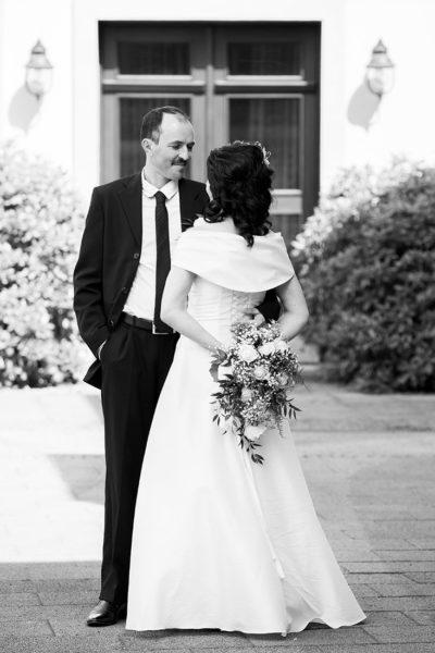 Hochzeit-Wiesbaden-Biebricher-Schloss-schwarz-weiß--Sergej-Metzger-Hochzeitsvideo-Hildesheim