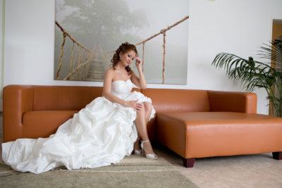 Hochzeit-Wiesbaden-Leder-Sofa-Gedanken-Hochzeitskleid-offene-Beine-Sergej-Metzger-Hochzeitsvideo-Hannover-Hildesheim