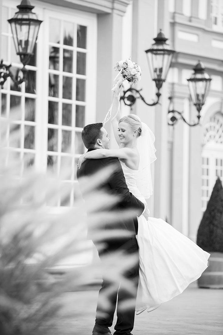 Hochzeit-Wiesbaden-Schloss-Biebrich-Braut-tragen-Spaß-Freude-Sergej-Metzger-Hochzeitsvideo-Hannover-Fotograf-Hildesheim