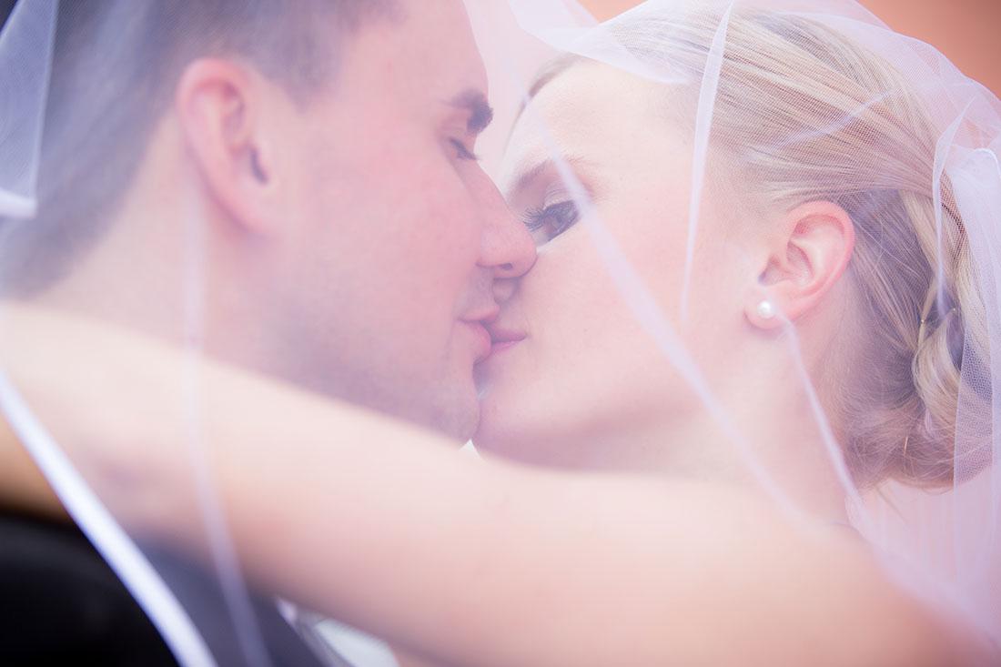 Hochzeit-Wiesbaden-Schloss-Biebrich-Brautpaar-Kuss-sküssen-schleier-Sergej-Metzger-Hochzeitsvideo-Hannover-Fotograf-Hildesheim