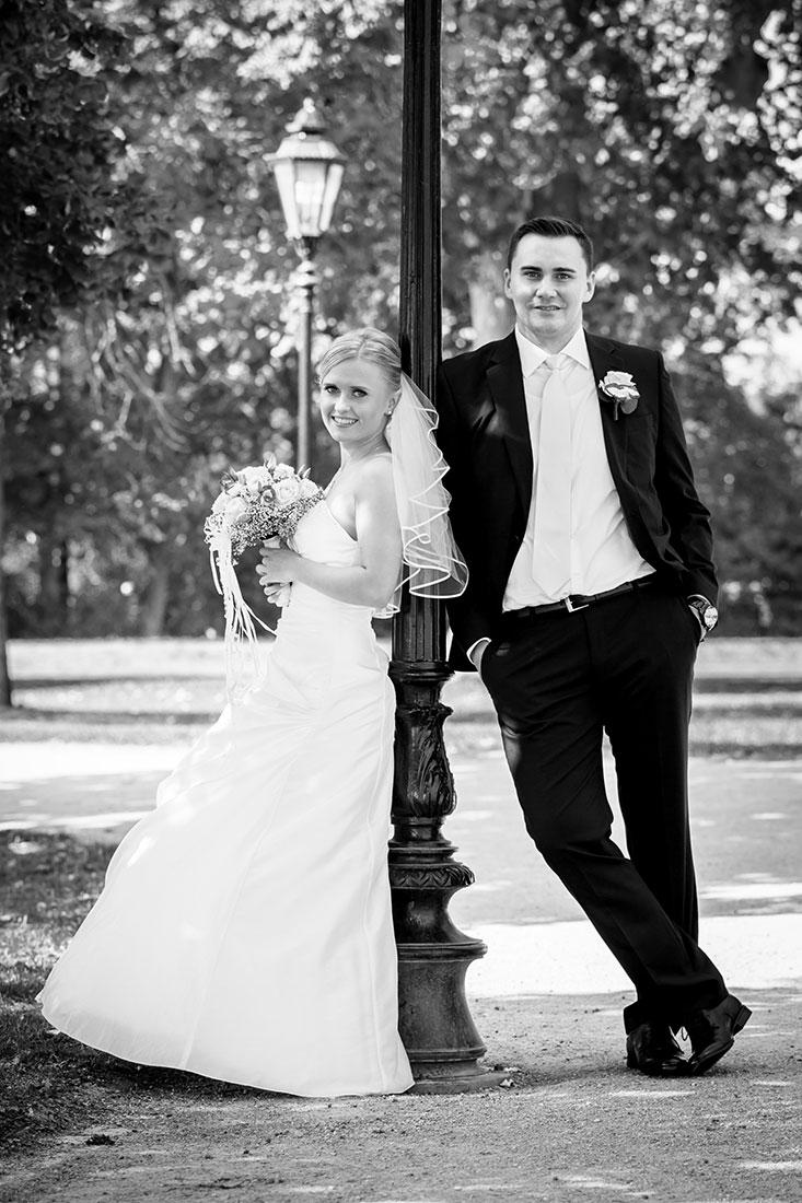 Hochzeit-Wiesbaden-Schloss-Biebrich-Brautpaar-Laterne-schwarz-weiß-Sergej-Metzger-Hochzeitsvideo-Hannover-Fotograf-Hildesheim
