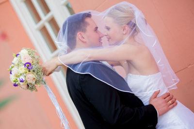 Hochzeit-Wiesbaden-Schloss-Biebrich-Brautpaar-Schleier-Umarmung-Sergej-Metzger-Hochzeitsvideo-Hannover-Fotograf-Hildesheim