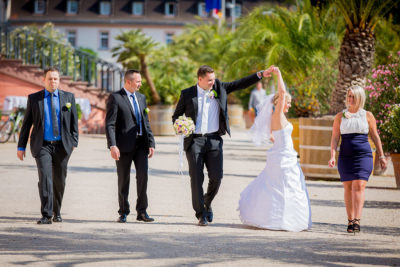 Hochzeit-Wiesbaden-Schloss-Biebrich-Brautpaar-Spaß-Lustig-nach-Trauung-Sergej-Metzger-Hochzeitsvideo-Hannover-Foto-Hildesheim