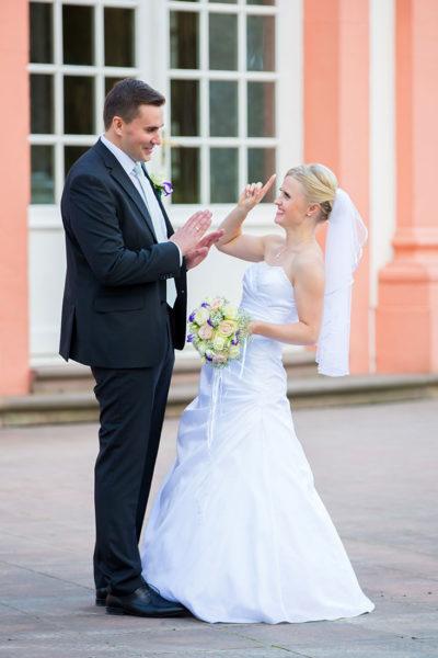 Hochzeit-Wiesbaden-Schloss-Biebrich-Brautpaar-Spaß-Streit-lustig-Sergej-Metzger-Hochzeitsvideo-Hannover-Fotograf-Hildesheim