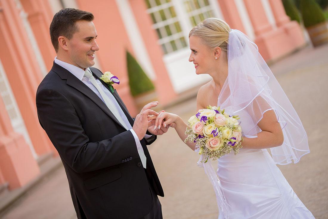 Hochzeit-Wiesbaden-Schloss-Biebrich-Ringe-tauschen-Freude-Brautpaar-Sergej-Metzger-Hochzeitsvideo-Hannover-Fotograf-Hildesheim