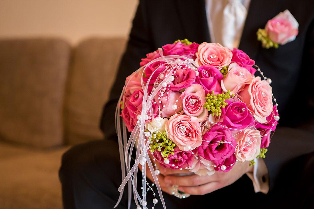 Hochzeit-getting-ready-Bräutigam-Blumenstrauß-Sergej-Metzger-Hochzeitsvideo-Fotograf-Hannnover