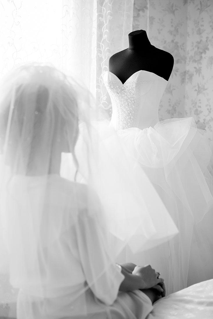 Hochzeit-getting-ready-Braut-Kleid-Erwartung-schwarz-weiß-Video-Foto-Hannover