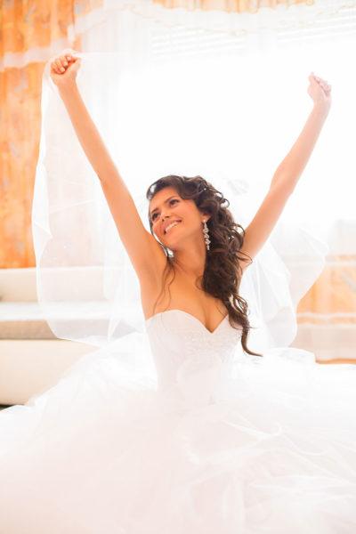 Hochzeit-getting-ready-Braut-strecken-lachen-glücklich-Schleier--Video-Foto-Hannover