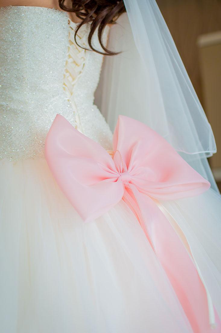 Hochzeit-getting-ready-Hochzeitskleid-große-riesige-Schleife-Rosa-besonders-Sergej-Metzger-Hochzeitsvideo-Hildesheim