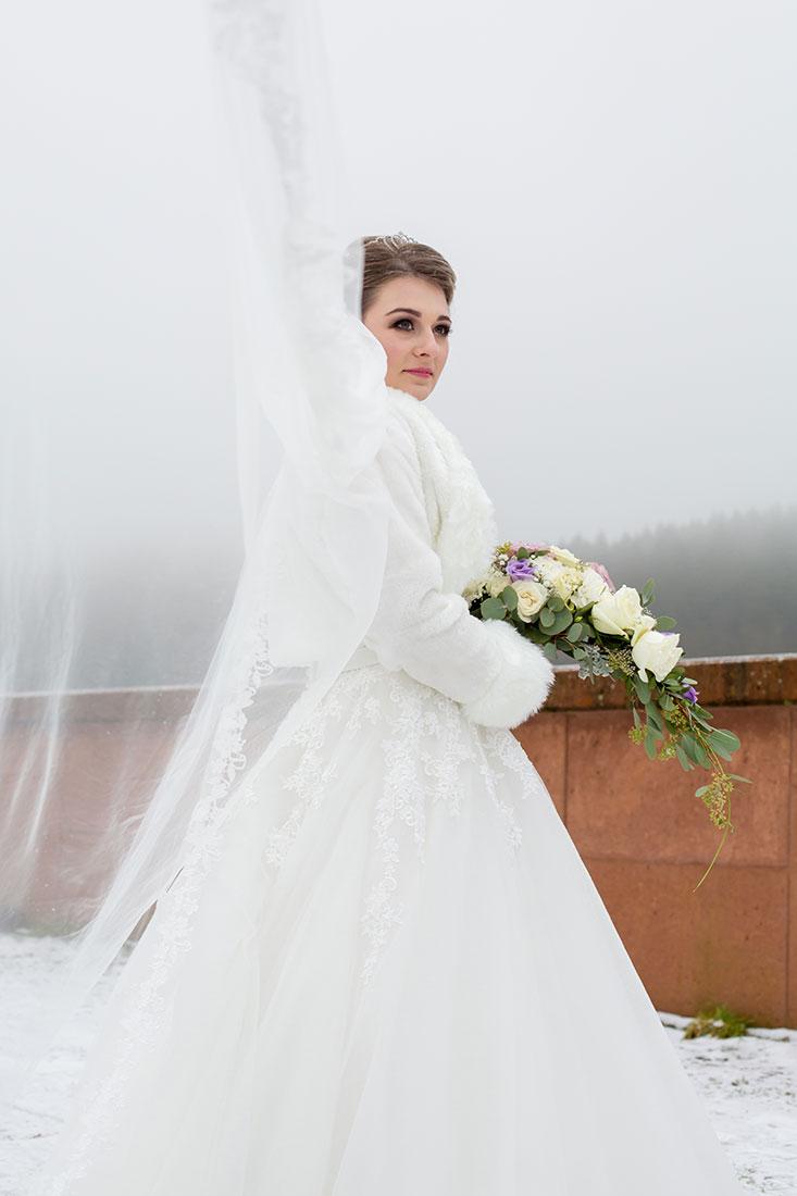 Hochzeit-im-Winter-Osterode-Sössetalsperre--Brautpaar-romantisch-liebevoll--langer-Schleier--Sergej-Metzger-Hochzeitsvideo-in-Hannover-Fotograf-Hochzeit