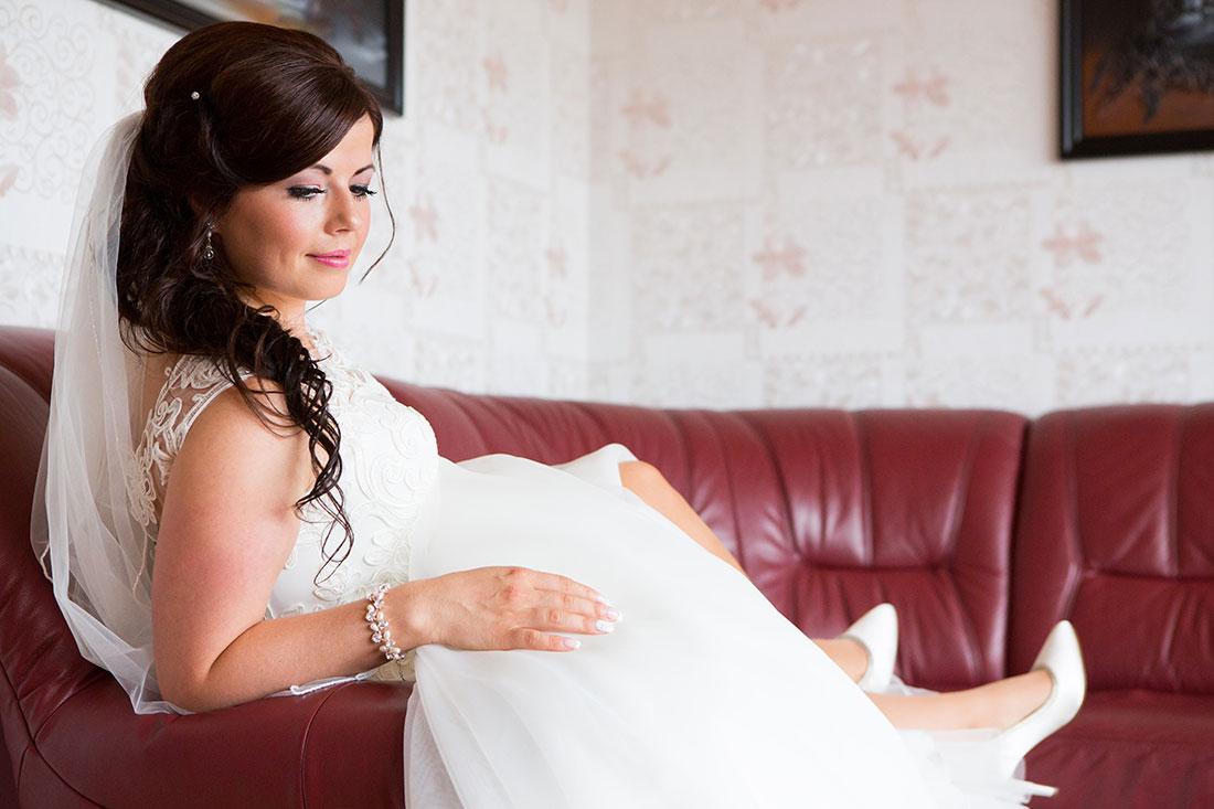 Hochzeit-in-Bad-Homburg-Getting-ready-Braut-auf-Sofa-romantisch-Fine-Sergej-Metzger-Hochzeitsvideo-in-Hannover-Fotograf-Hochzeit-Hildesheim
