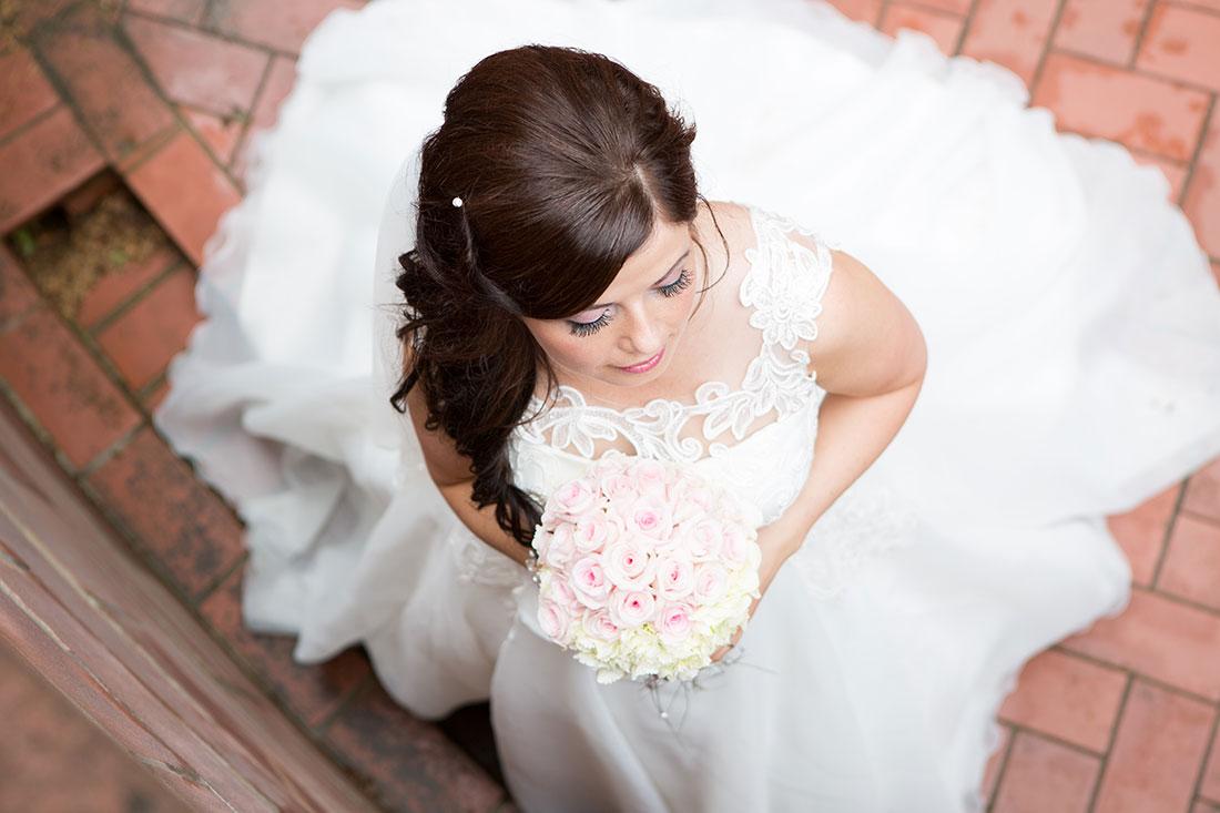 Hochzeit-in-Bad-Homburg-Kurpark-Spielbank-Schlosspark-Braut-von-oben-Sergej-Metzger-Hochzeitsvideo-in-Hannover-Fotograf-Hochzeit-Hildesheim
