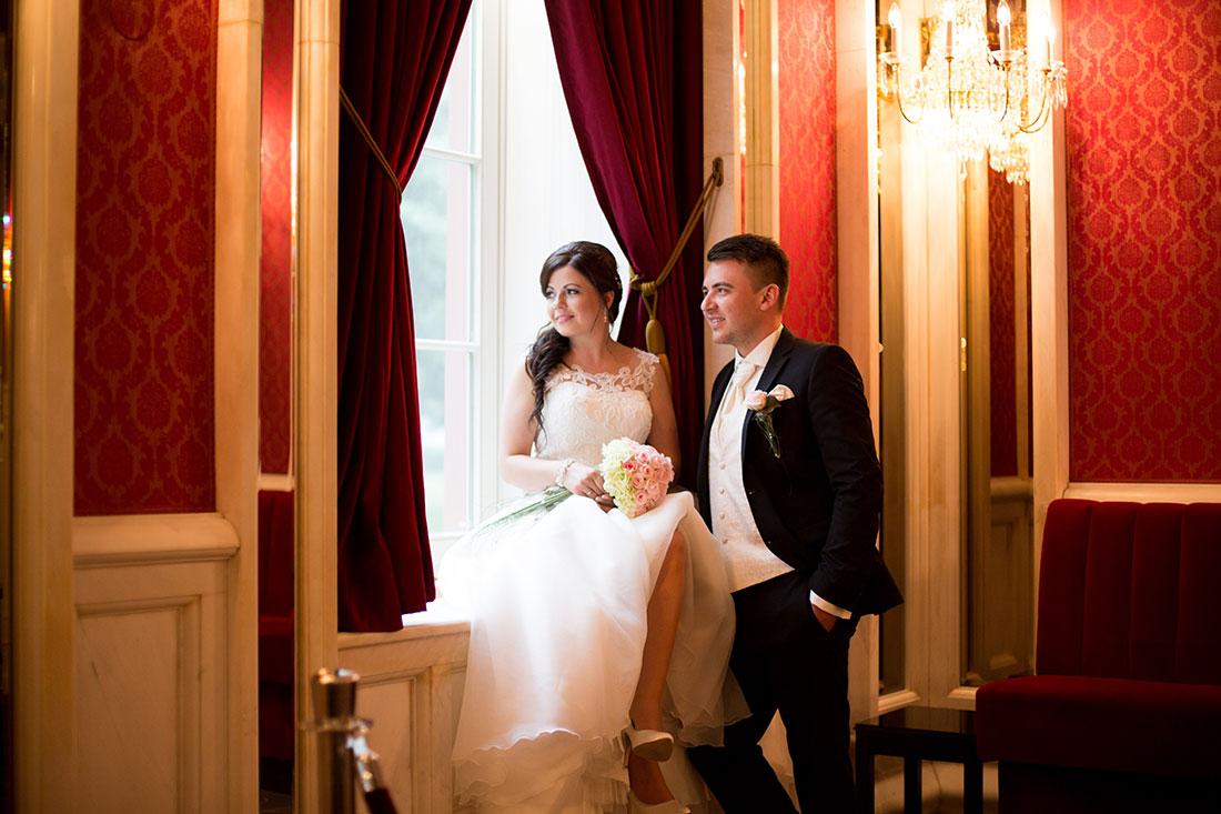 Hochzeit-in-Bad-Homburg-Kurpark-Spielbank-Schlosspark-Brautpaar-am-Fenster-Sergej-Metzger-Hochzeitsvideo-in-Hannover-Fotograf-Hochzeit-Hildesheim