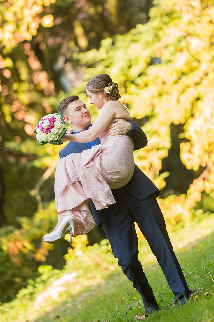 Hochzeit-in-Burg-altes-Schloss-Standesamt-heiraten-in-Dillingen-Bräutigam-trägt-Braut-Händen--Sergej-Metzger-Hochzeitsvideo-in-Hannover-Fotograf-Hildesheim