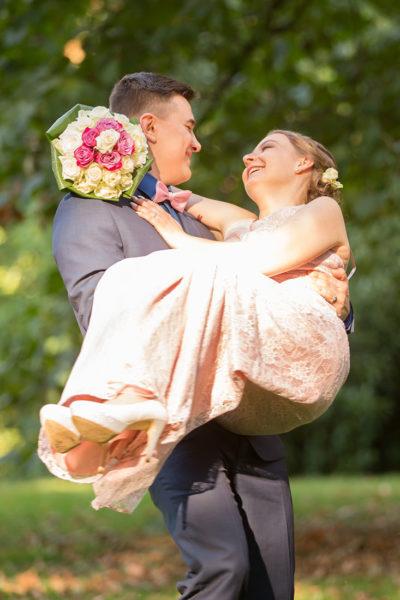 Hochzeit-in-Burg-altes-Schloss-Standesamt-heiraten-in-Dillingen-Bräutigam-trägt-Braut-auf-Händen--Sergej-Metzger-Hochzeitsvideo-in-Hannover-Fotograf-Hildesheim