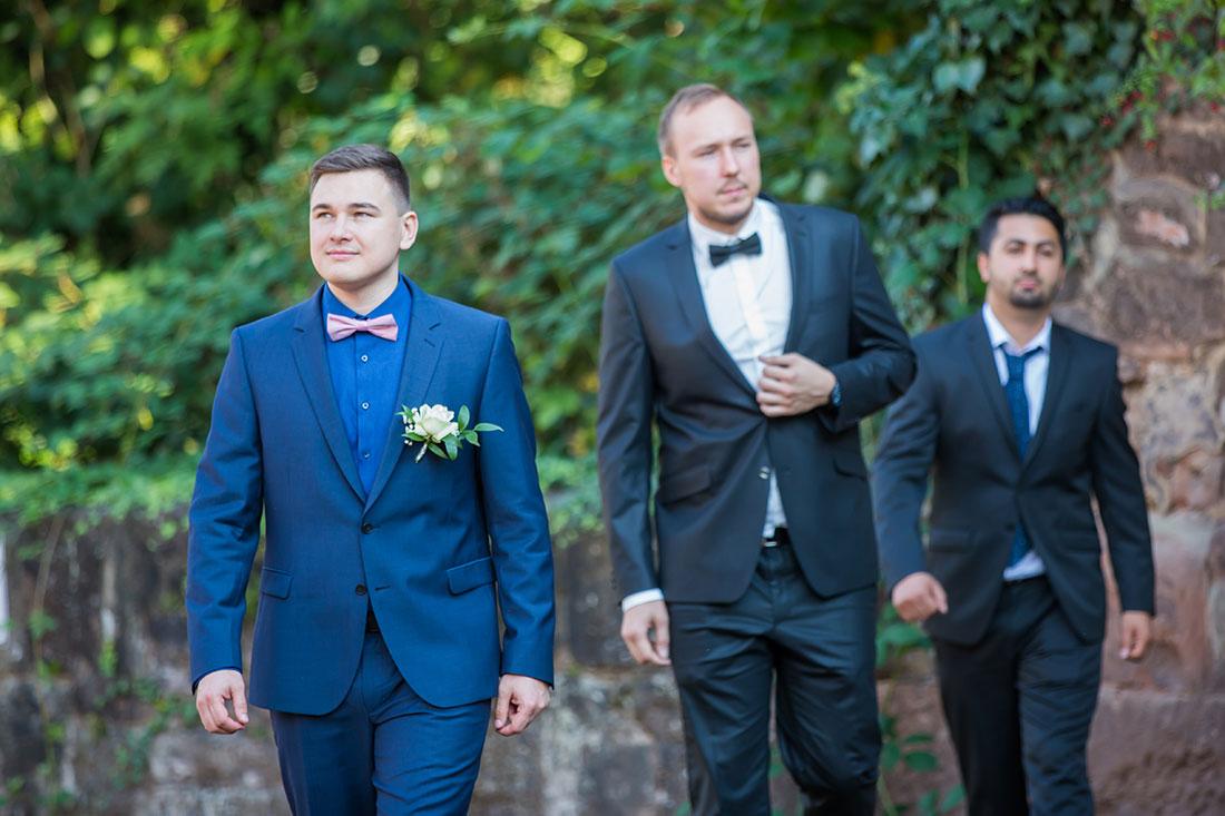 Hochzeit-in-Burg-altes-Schloss-Standesamt-heiraten-in-Dillingen-Bräutogam-Traugeugen--Sergej-Metzger-Hochzeitsvideo-in-Hannover-Fotograf-Hochzeit-Hildesheim
