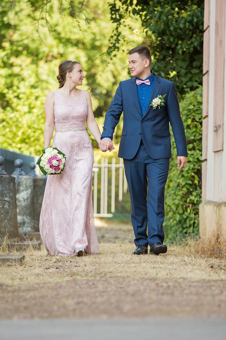 Hochzeit-in-Burg-altes-Schloss-Standesamt-heiraten-in-Dillingen-Brautpaar-Bewegung-Sergej-Metzger-Hochzeitsvideo-in-Hannover-Fotograf-Hochzeit-Hildesheim