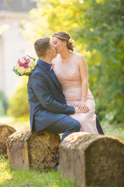 Hochzeit-in-Burg-altes-Schloss-Standesamt-heiraten-in-Dillingen-Brautpaar-Kuss-liebevoll-Sergej-Metzger-Hochzeitsvideo-in-Hannover-Fotograf--Hildesheim