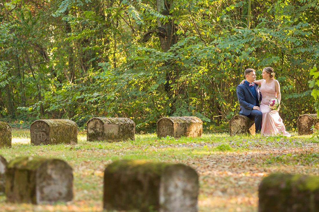 Hochzeit-in-Burg-altes-Schloss-Standesamt-heiraten-in-Dillingen-Brautpaar-sitzt-auf-Stein-Panorama-Sergej-Metzger-Hochzeitsvideo-in-Hannover-Fotograf-Hildesheim
