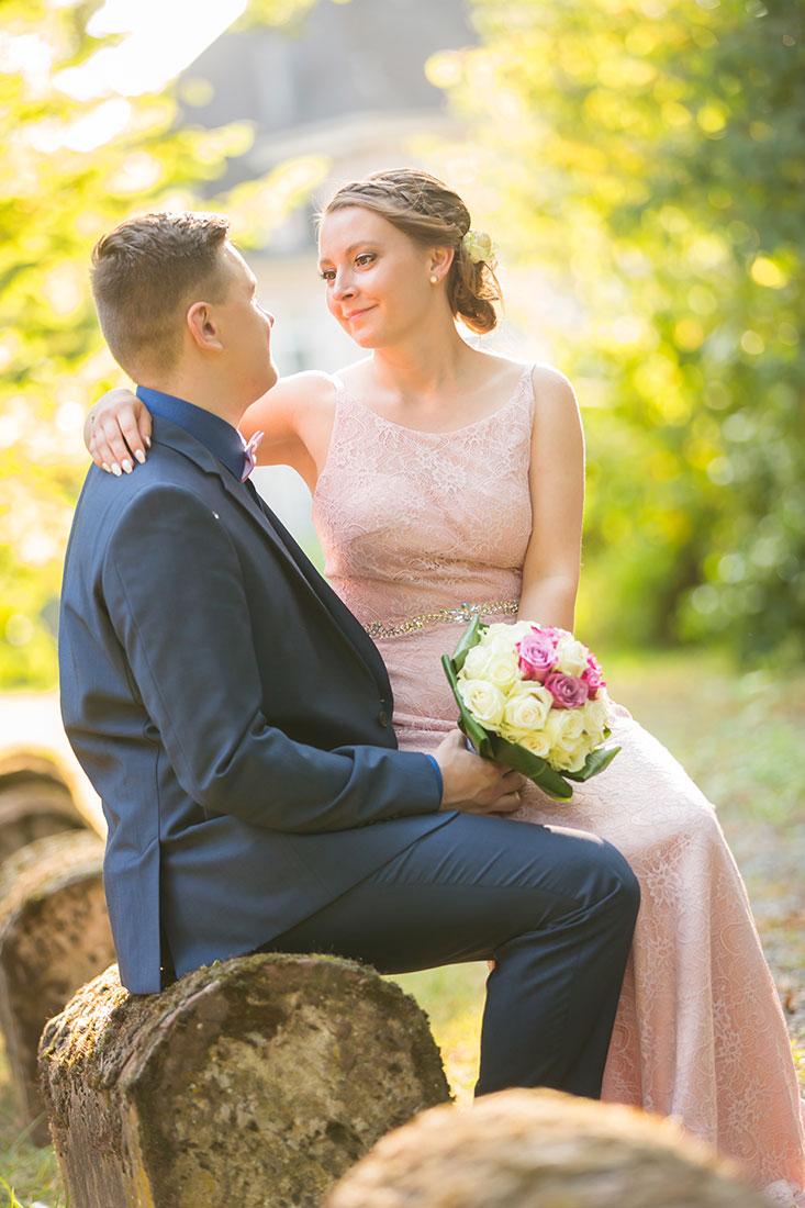 Hochzeit-in-Burg-altes-Schloss-Standesamt-heiraten-in-Dillingen-Brautpaar-sitzt-auf-Stein-romantisch-Sergej-Metzger-Hochzeitsvideo-Hannover-Fotograf-Hildesheim
