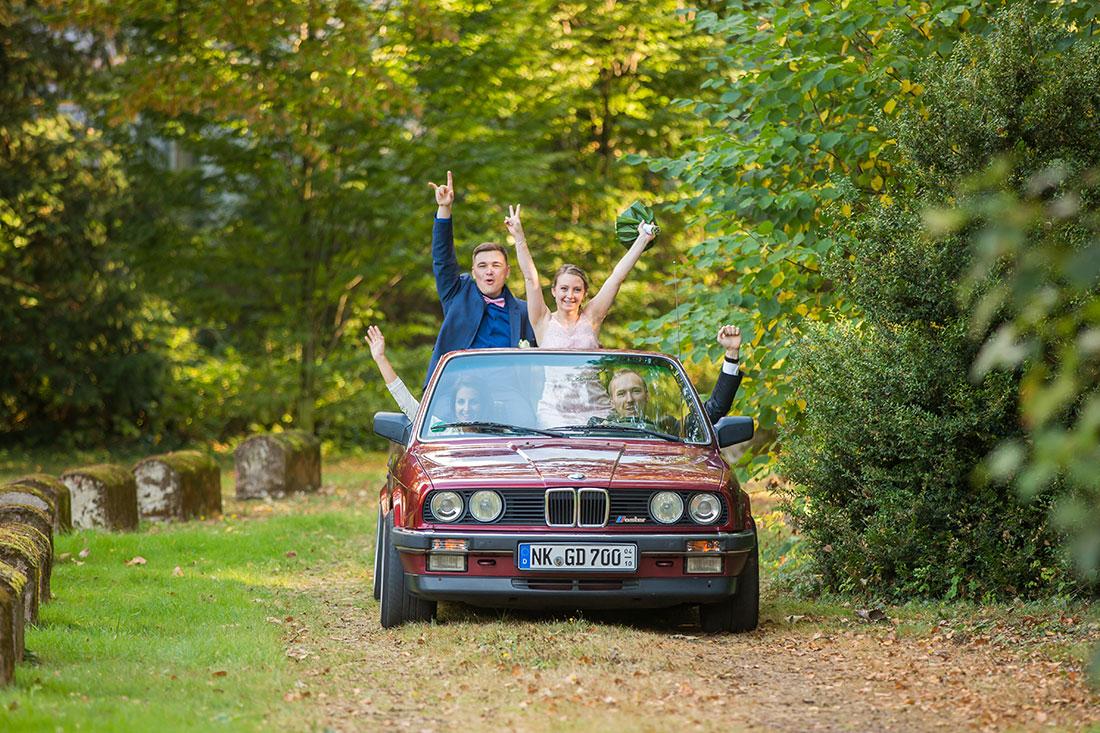Hochzeit-in-Burg-altes-Schloss-Standesamt-heiraten-in-Dillingen-Hochzeitsauto-Oldtimer-Cabrio-Sergej-Metzger-Hochzeitsvideo-in-Hannover-Fotograf-Hildesheim