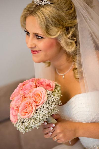 Hochzeit-in-Crailsheim-Getting-ready-Braut-mit-Brautstrauß-blond-Sergej-Metzger-Hochzeitsvideo-in-Hannover-Fotograf-Hochzeit-Hildesheim