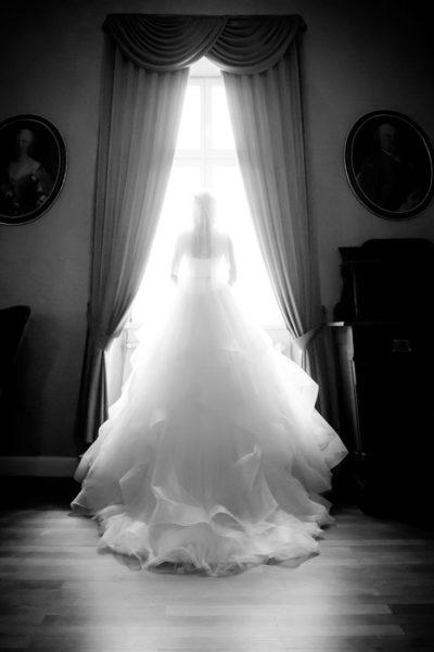 Hochzeit-in-Crailsheim-Schloss-Kirchberg-Jagst-Braut-Fenster-schwarz-weiß-schön-romantisch--Sergej-Metzger-Hochzeitsvideo-in-Hannover-Fotograf-Hochzeit-Hildesheim