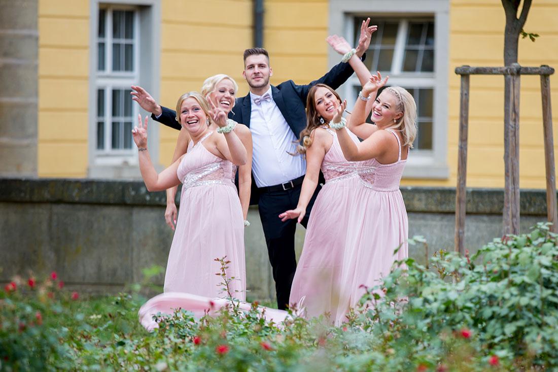 Hochzeit-in-Crailsheim-Schloss-Kirchberg-Jagst-Brautjungfern-gleiche-Kleider-Spaß-Freude-Sergej-Metzger-Hochzeitsvideo-in-Hannover-Fotograf-Hochzeit-Hildesheim
