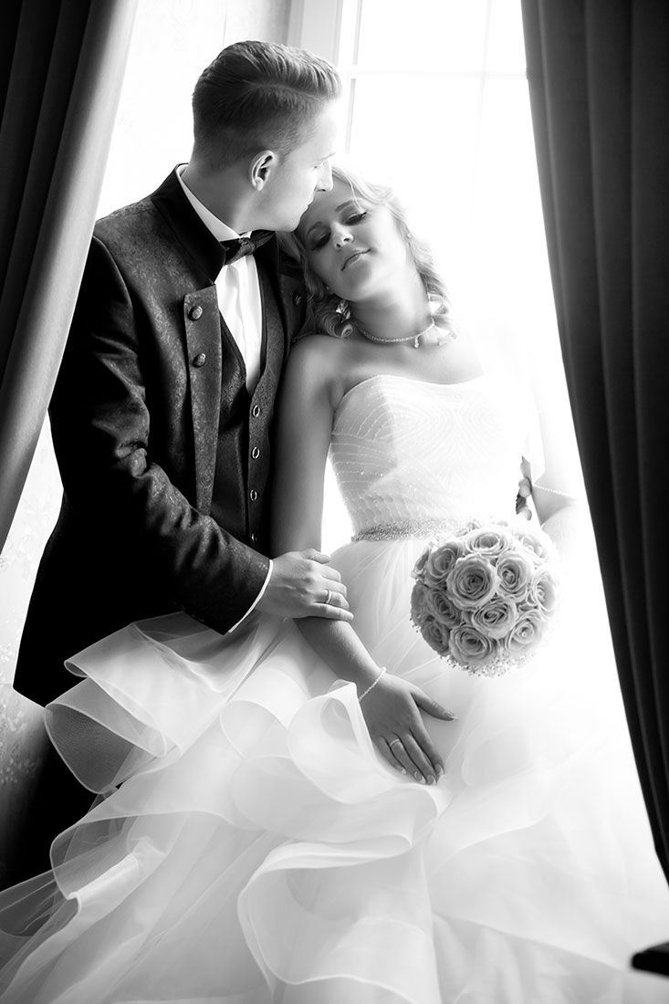 Hochzeit-in-Crailsheim-Schloss-Kirchberg-Jagst-Brautpaar-am-Fenster-schwarz-weiß-Schulter-Sergej-Metzger-Hochzeitsvideo-in-Hannover-Fotograf-Hochzeit-Hildesheim