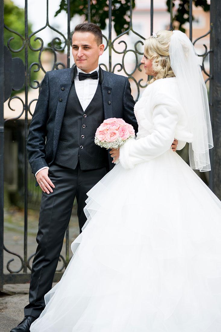 Hochzeit-in-Crailsheim-Schloss-Kirchberg-Jagst-Brautpaar-am-Tor-Sergej-Metzger-Hochzeitsvideo-in-Hannover-Fotograf-Hochzeit-Hildesheim