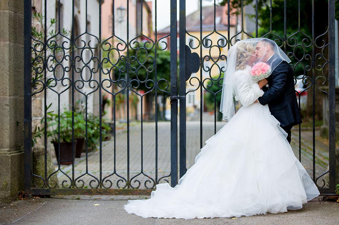 Hochzeit-in-Crailsheim-Schloss-Kirchberg-Jagst-Brautpaar-am-Tor-unter-dem-Schleier-romantiSergej-Metzger-Hochzeitsch-video-in-Hannover-Fotograf-Hochzeit-Hildesheim