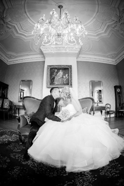 Hochzeit-in-Crailsheim-Schloss-Kirchberg-Jagst-Brautpaar-halten-Hände-schwarz-weiß-fisheye-Sergej-Metzger-Hochzeitsvideo-Hannover-Fotograf-Hochzeit-Hildesheim