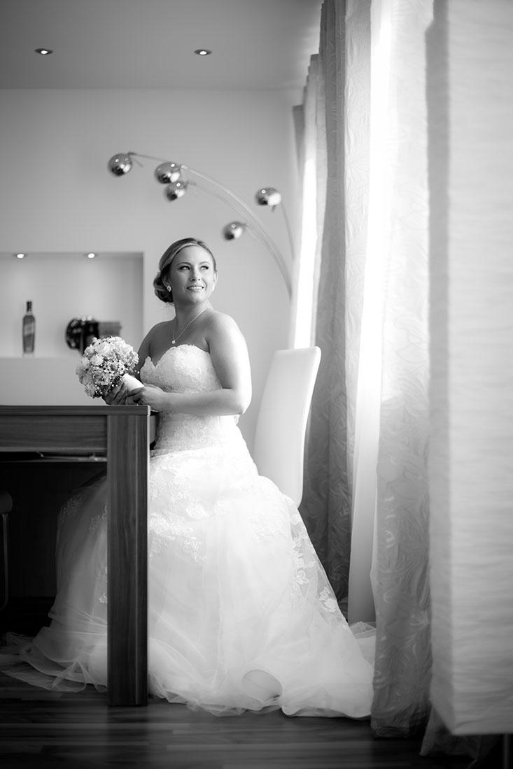 Hochzeit-in-Darmstadt-getting-ready-schwarz-weiß-romantisch-Braut-Sergej-Metzger-Hochzeitsvideo-in-Hannover-Fotograf-Hochzeit-Hildesheim
