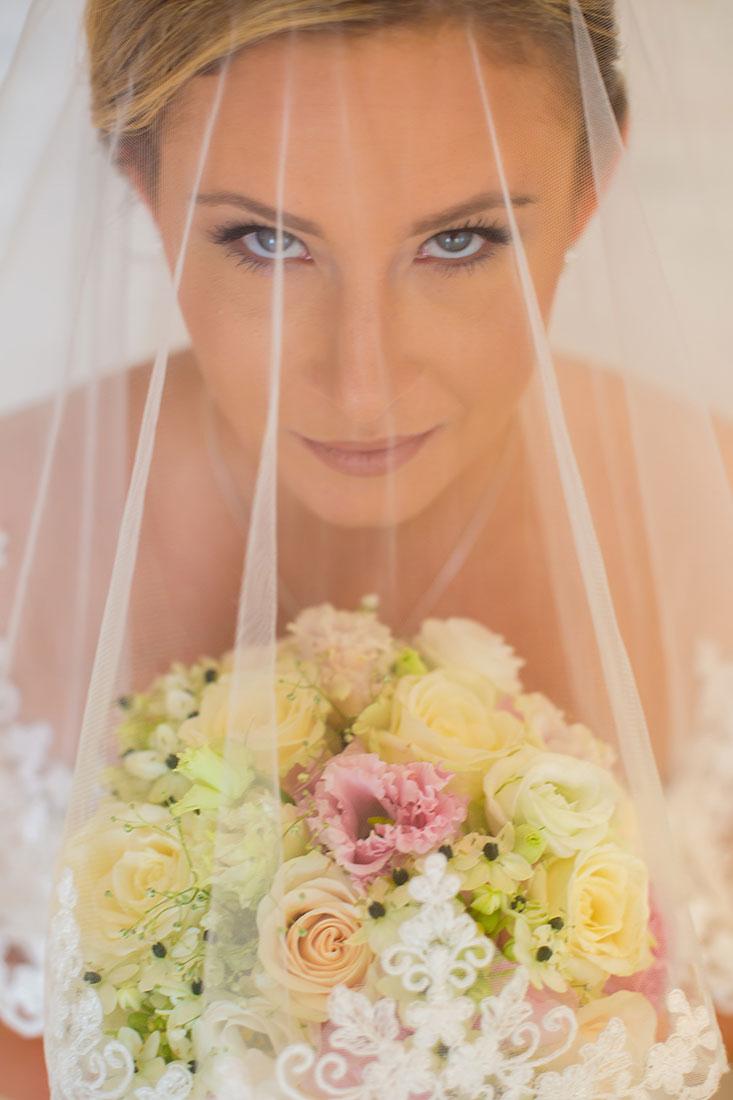 Hochzeit-in-Darmstadt-getting-ready-unter-Schleier-direckter-Blick-Braut-Sergej-Metzger-Hochzeitsvideo-in-Hannover-Fotograf-Hochzeit-Hildesheim