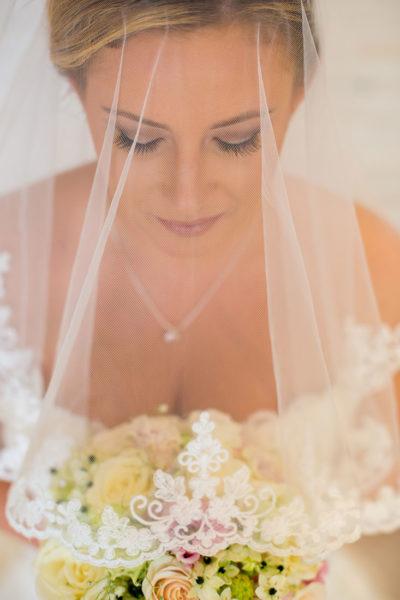 Hochzeit-in-Darmstadt-getting-ready-unter-dem-Schleier-geschloßene-Augen-Braut-Sergej-Metzger-Hochzeitsvideo-in-Hannover-Fotograf-Hochzeit-Hildesheim