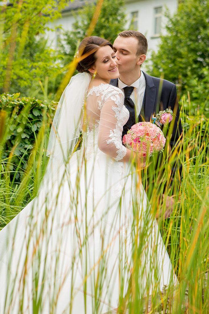 Hochzeit-in-Hemer-Sauerlandpark-Hemer-Brautpaar-Romantisch-liebevolle-Sergej-Metzger-Hochzeitsvideo-in-Hannover-Fotograf-Hildesheim