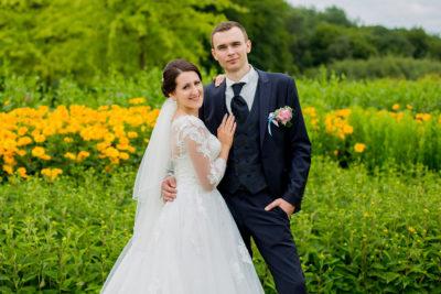 Hochzeit-in-Hemer-Sauerlandpark-Hemer-Brautpaar-Sergej-Metzger-Hochzeitsvideo-in-Hannover-Fotograf-Hildesheim-Romantisch-liebevoll-Feldblumen-grün-gelb